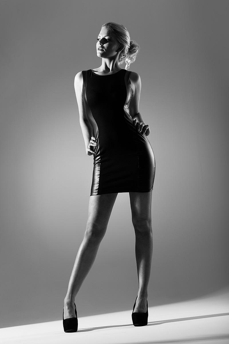 Bekleidungsfotografie, Fashionfotografie, Fashion Model in schwarzem Minikleid aus Kunstleder.  Marco Ribbe Fotografie.