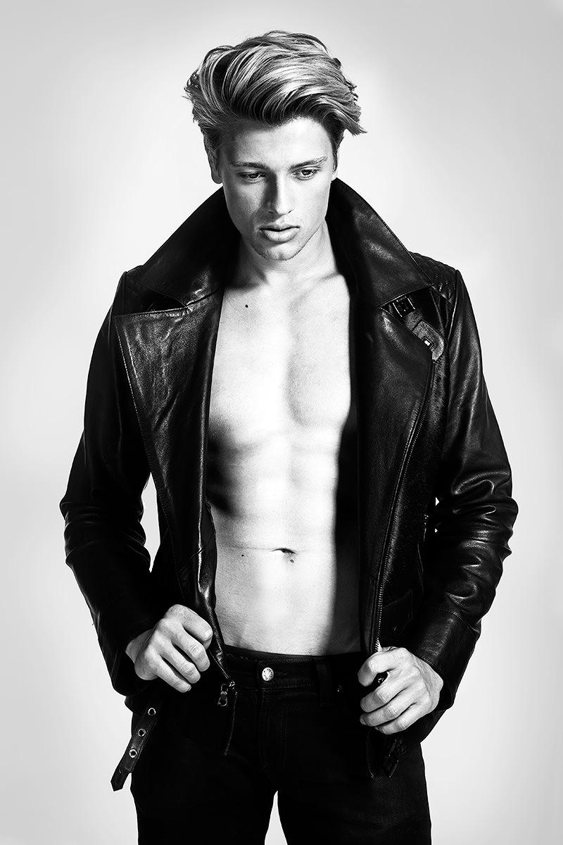 Männliches Fashion Model mit Lederjacke in schwarz weiss