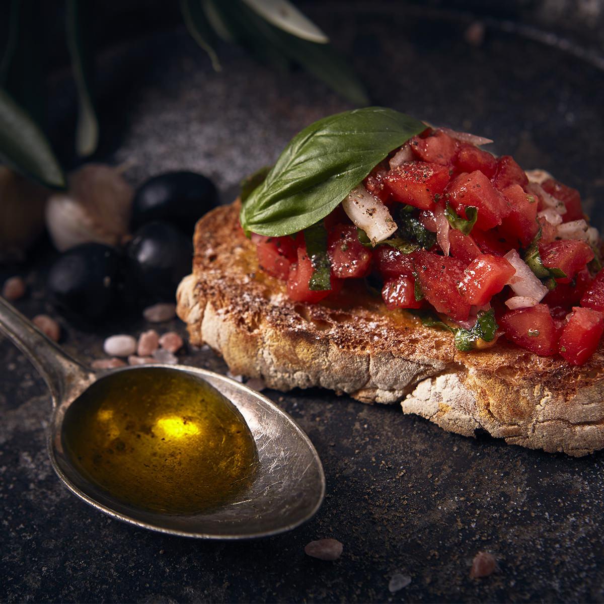 Foot-Fotografie: Bruschetta mit Olivenöl für ein Kochbuch fotografiert.