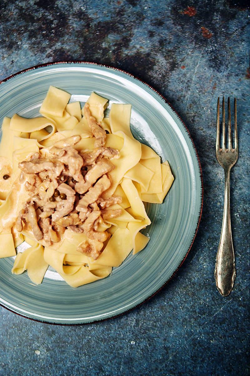 Food Fotografie Rahmgeschnetzeltes mit Bandnudeln.