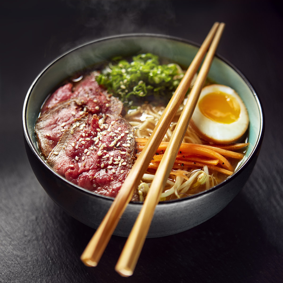 Foodfotografie einer Schüssel Shoyu Ramen