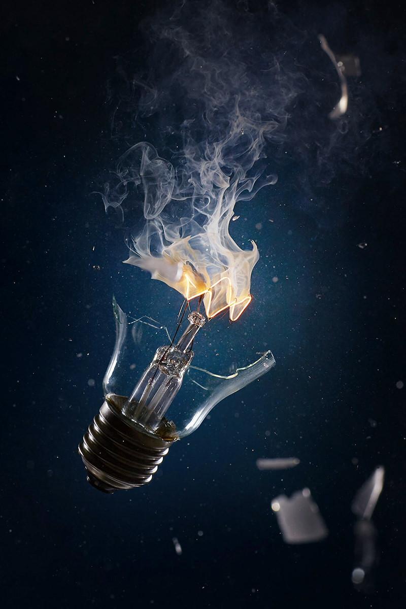 Werbefotografie Highspeed Foto einer xplodierenden zerbrochenen Glühbirne