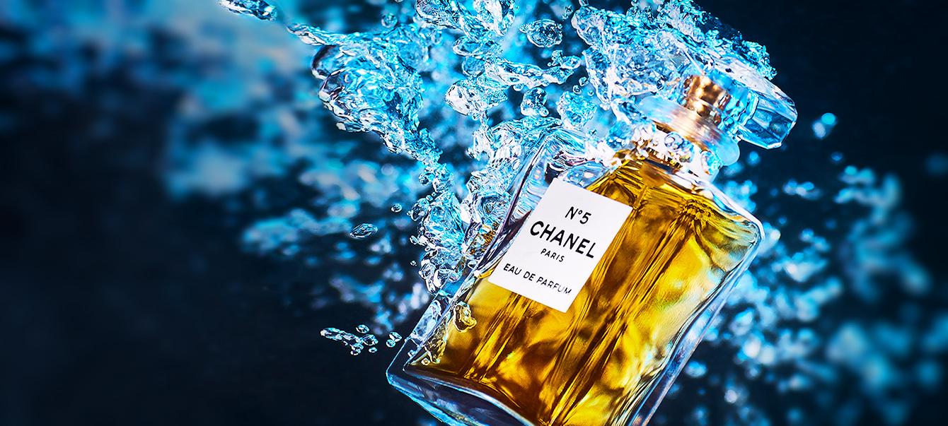 Produktfotografie: Chanel No 5 Parfümflasche unter wasser fotografiert.