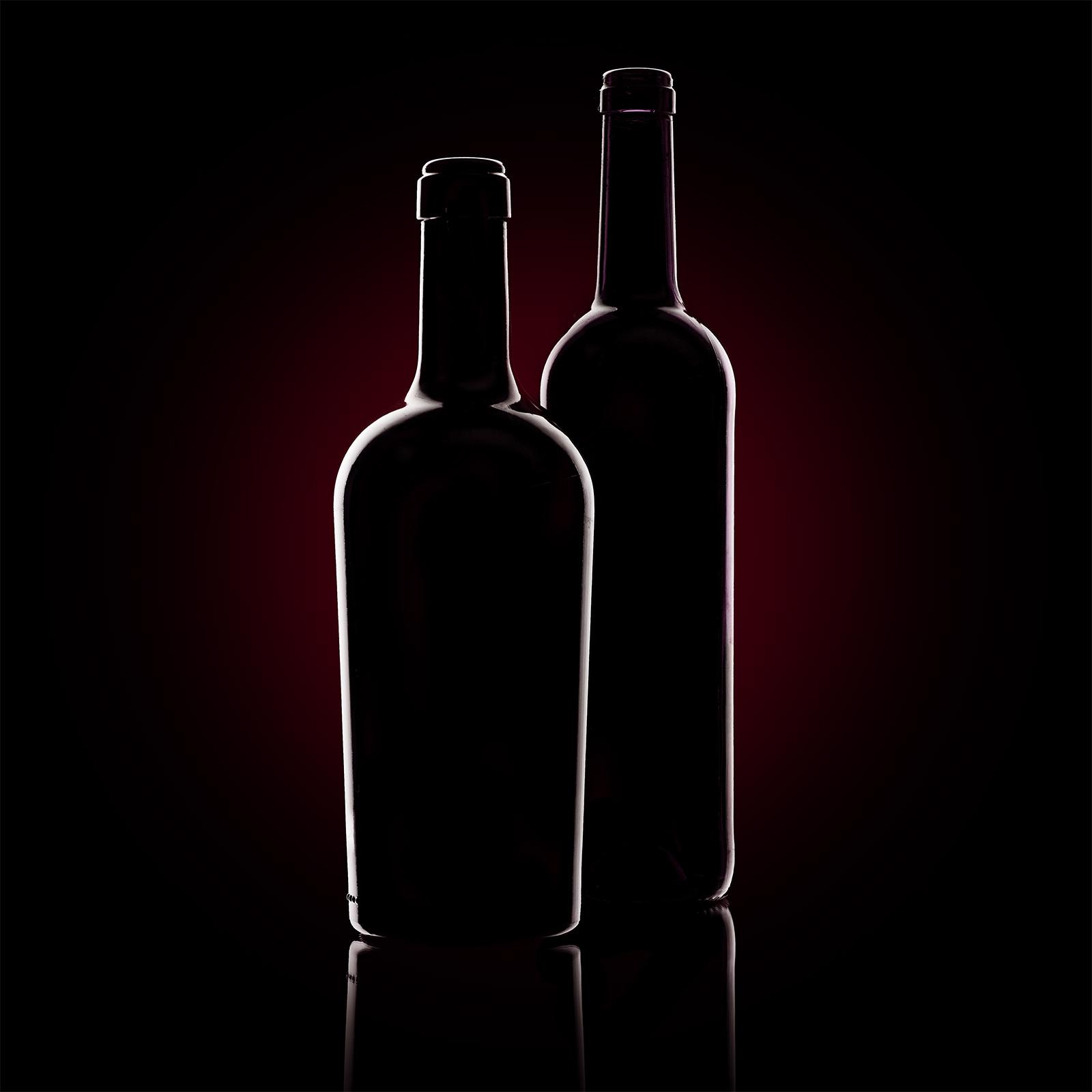 Marco Ribbe Produktfotograf, Produktfotografie von Weinflaschen mit Kantenlicht Silhouette.