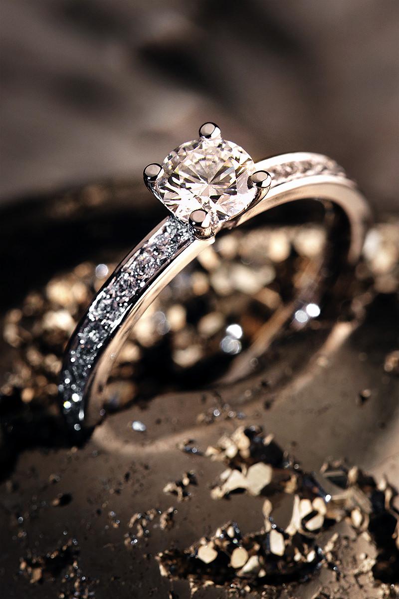 Schmuckfotografie, bestes Foto eines Verlobungsring. Verobungs und Hochzeits-Ringe Fotografieren.