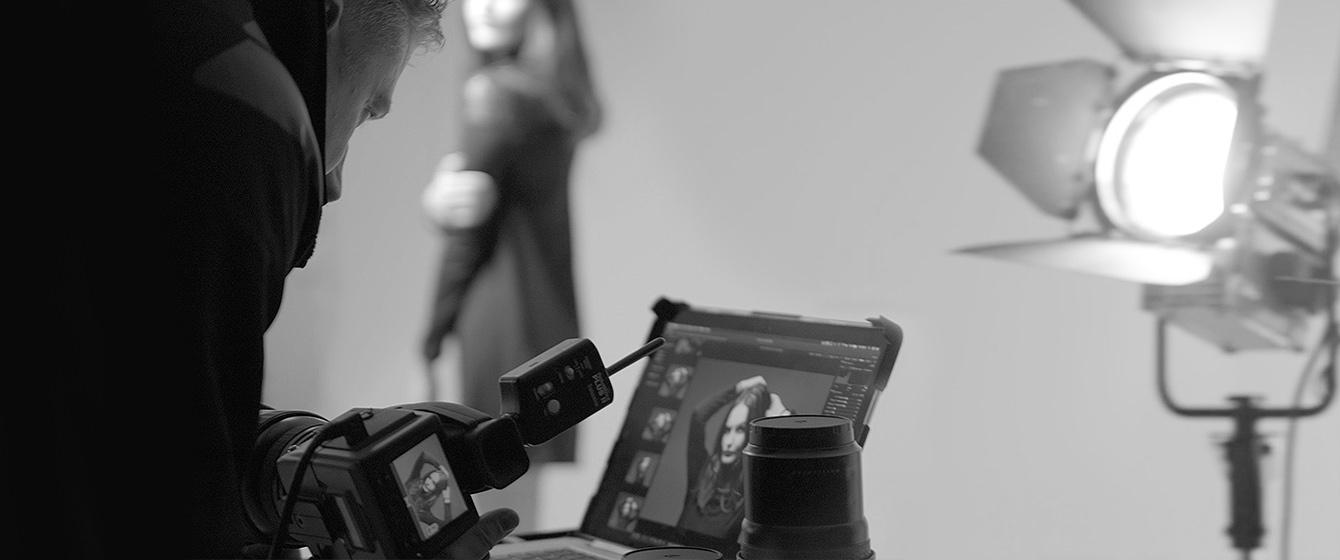 Der Heilbronner Fotograf Marco Ribbe bei einem Fashion Shooting für einen Modehersteller mit einem Model im Fotostudio.