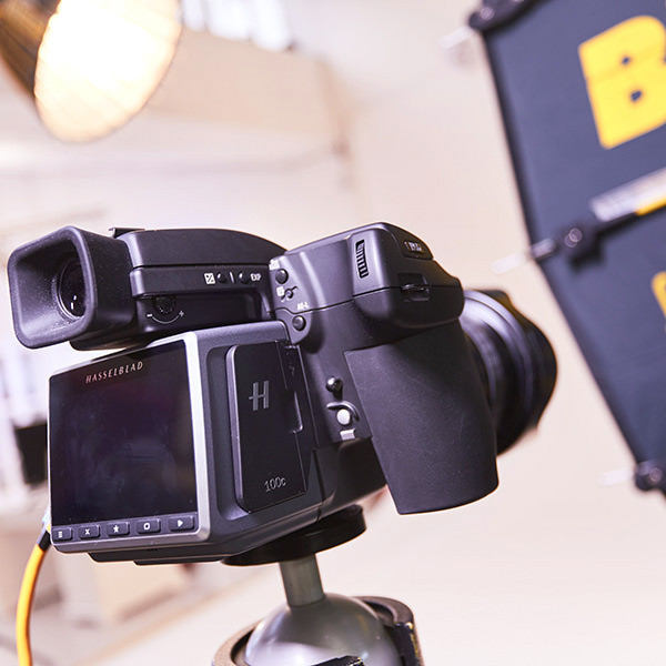 Hasselblad Fotokamera beim Fotografieren im Fotostudio.